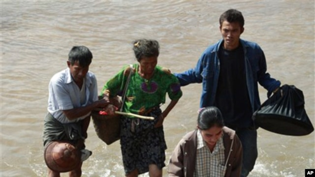 Burma citizens cross the Moei river as they flee Myawaddy township in Burma to Thailand's Mae Sot town, following fighting between Burma soldiers, ethnic Karen fighters, 08 Nov 2010