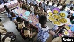 Des élèves mangent à la cantines à N'zikro, Aboisso, en Côte d'Ivoire, le 27 octobre 2015.