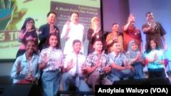 Peserta film pendek dari siswa-siswi pelajar SMA di Indonesia tentang Tuberkulosis berfoto bersama penyelenggara acara di antaranya dari USAID TB Challenge di @america Jakarta Jum'at 23 Maret 2018.