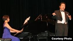22일 공연 중인 피아니스트 정세영 씨(왼쪽)와 테너 심용석 씨. 미주한인재단 사진 제공.