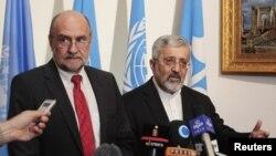 Thanh sát viên trưởng của Cơ quan Nguyên tử năng Quốc tế Herman Nackaerts (trái) và ông Ali Asghar Soltanieh, trưởng phái đoàn Iran tại cuộc họp báo sau cuộc đàm phán ở Ðại sứ quán Iran ở Vienna, ngày 24/8/2012.
