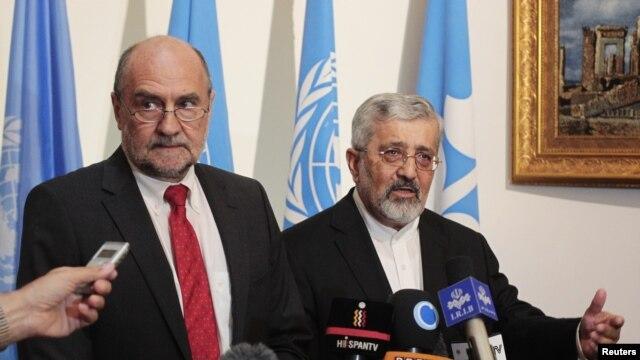 Trưởng đoàn thanh tra của Cơ quan Nguyên tử Năng IAEA Herman Nackaerts (trái).