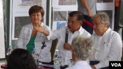 Wapres Jusuf Kalla (tengah) mendampingi Sekjen PBB Antonio Guterres, dan Direktur Eksekutif Bank Dunia Kristalina Georgieva mengunjungi kawasan terdampak gempa bumi di Palu, Sulawesi Tengah, 12 September 20118. (Foto: VOA / Yoanes Litha)