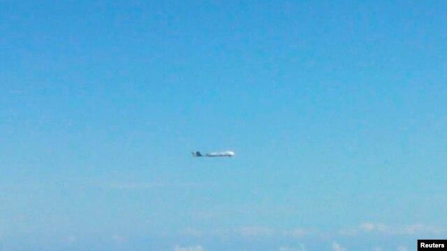 Một máy bay không xác định bay gần quần đảo tranh chấp Senkaku/Điếu Ngư. Thủ tướng Nhật Bản Shinzo Abe mới đây đã chấp thuận một kế hoạch bắn rơi bất kỳ máy bay không người lái nào của nước ngoài không tuân lệnh rời khỏi không phận của Nhật.<br />