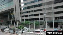 香港警方在胡錦濤入住的酒店,及新舊香港特首交接的場地會議展覽中心一帶加強保安措施