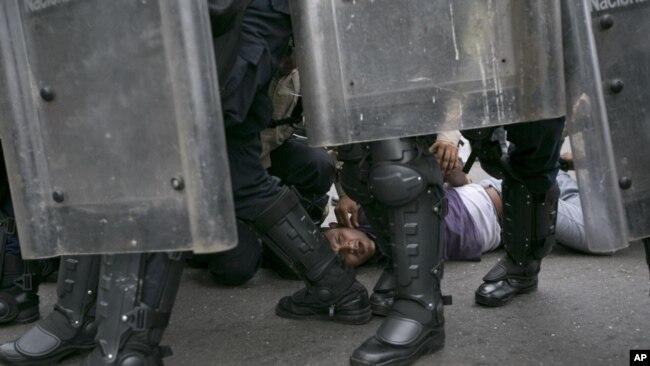 La jornada de disturbios y saqueos fue sofocada a tiros por militares y policías.