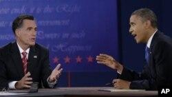 Le Président Barack Obama (droite) et le Républicain Mitt Romney lors du troisième débat électoral à Boca Raton, en Floride, le 22 octobre 2012.