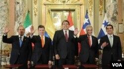 Los presidentes tras firmar el Acuerdo del Pacífico, Felipe Calderón de México, Juan Manuel Santos de Colombia, Alan García de Perú, Sebastián Piñera de Chile y el ministro para asuntos del Canal de Panamá, Rómulo Roux.