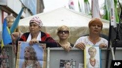 Pro-Tymoshenko demonstrators in Kyiv, Aug 15, 2011