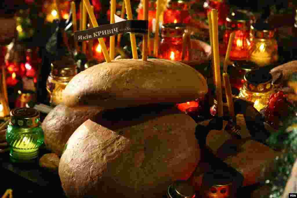 Краюха хлеба, свеча и ветка калины. Символы глубокой скорби украинского народа.
