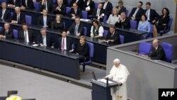 Thủ tướng Merkel và giới chức chính phủ Ðức nghe Ðức Giáo Hoàng đọc diễn văn tại trụ sở Quốc hội Ðức ở Berlin