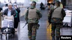 Des soldats belges en patrouille à l'aéroport international à Zaventem près de Bruxelles, le 21 novembre 2015. (Photo REUTERS/Francois Lenoir)