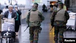 Soldados belgas patrullan el aeropuerto internacional de Zaventem cerca de Bruselas luego de los ataques en París.
