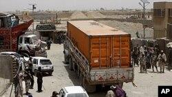 아프간 보급로를 재개통한 이후, 5일 처음으로 파키스탄 지역을 통과하는 나토군 차량.