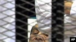 이동병상에 누워 재판을 받는 호스니 무바라크 전 대통령