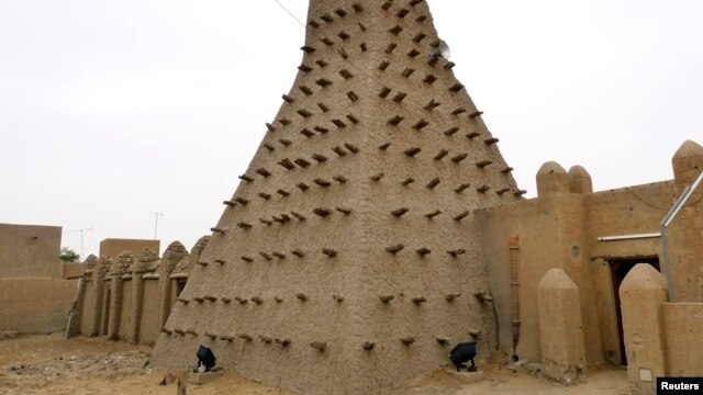 A traditional mud structure stands in the Malian city of Timbuktu, May 15, 2012. Al-Qaida-linked Mali Islamists armed with Kalashnikovs and pick-axes began destroying prized mausoleums of saints in Timbuktu on June 30, 2012, witnesses said.