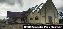 Bangunan Gereja Katolik di desa Meko kehilangan bagian atap dalam peristiwa angin puting beliung. Sabtu, (17/4/2021). (Foto: Courtesy/BPBD Kabupaten Poso)