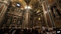 信徒星期五在羅馬聖瑪麗大教堂參加選舉新教宗的彌撒