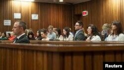 Atlet Afrika Selatan Oscar Pistorius pada sidang kasus pembunuhan di pengadilan Pretoria, Afrika Selatan (5/5). (Reuters/Ihsaan Haffejee)