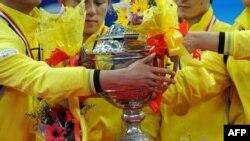 Tim Bulu Tangkis China memegang piala Thomas setelah memenangkan pertandingan final melawan tim Indonesia pada final kejuaraan bulu tangkis di Kuala Lumpur, Malaysia, 16 Mei 2010. (Foto: dok).