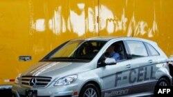 Mercedesov automobil na električni pogon izložen na sajmu automobila u Los Anđelesu