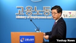 한국 고용노동부 이기권 장관이 28일 정부세종청사 고용노동부 기자실에서 100명 이상 유노조 사업장의 '단체협약 실태조사'를 발표하기 위해 입장하고 있다.