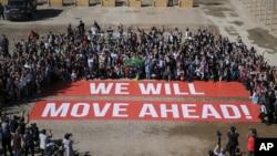 Les participants de la conférence sur le climat COP22 organisent une manifestation publique d'appui aux négociations sur le climat et à l'accord de Paris, le dernier jour de la conférence, à Marrakech, au Maroc, vendredi 18 novembre 2016.