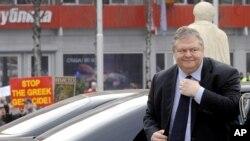 Венизелос пред средбата во Владата на РМ. Во позадината, протест во врска со неговата посета.