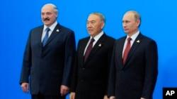 (O'ngdan chapga) Belarus prezidenti Aleksandr Lukashenko, Qozog'iston prezidenti Nursulton Nazarboyev va Rossiya prezidenti Vladimir Putin, Ostona, Qozog'iston, 29-may, 2014-yil