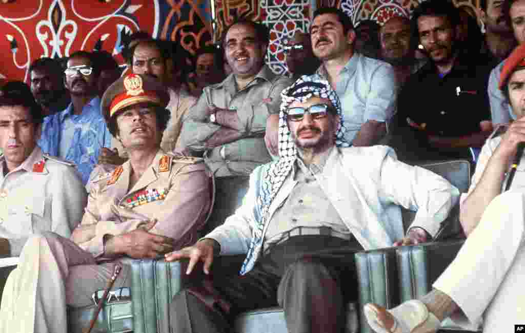 Libyan leader Colonel Moammar Gadhafi shows a parade with Palestinian PLO leader Yasser Arafat, 26 August 1978 in Tripoli, Libya, (AFP).