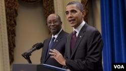 El USTR, Ron Kirk, en la foto junto al presidente Obama, fue el encargado de defender al gobierno de las críticas sobre la política comercial respecto a los TLC.