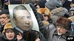 Сторонники Михаила Ходорковского у здания Хамовнического суда в Москве.