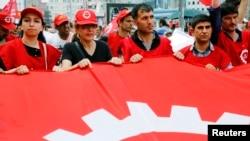 2013年6月5日在土耳其伊斯坦布尔市的示威活动中,工会会员高喊反对埃尔多安总理的口号。(照片来源:路透社)
