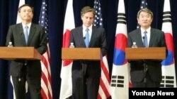 지난해 4월 미국 국무부에서 미한일 외교차관 회담이 열렸다. 왼쪽부터 사이키 아키타카 일본 외무성 사무차관, 토니 블링큰 국무부 부장관, 조태용 한국 외교부 제1차관. (자료사진)