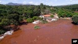 تصویر هوایی از سیل ناشی از شکسته شدن سد اول در روز جمعه در برزیل