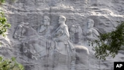 """在加州的石山有南方邦聯領導人傑斐遜維斯和軍事領導人湯瑪斯""""石牆""""傑克遜將軍與羅伯特李將軍的石像"""