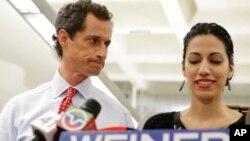 Anthony Weiner recibe el apoyo de su esposa, Huma Abedin, como candidato a la alcaldía de Nueva York, a pesar de estar involucrado en un escándalo amoroso con otra mujer a través de internet.