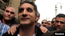 Satiris Mesir, Bassem Youssef saat hadir di pengadilan Kairo atas tuduhan menghina Islam dan Presiden Morsi (31/3).
