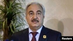 Le maréchal libyen Khalifa Haftar, lors d'une conférence de presse à Amman, Jordanie, 24 août 2015.