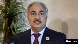 Le chef autoproclamé de l'Armée nationale libyenne, Khalifa Haftar, lors d'une conférence de presse à Amman, Jordanie, 24 août 2015.