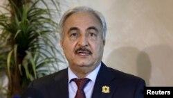 Le maréchal libyen Khalifa Haftar, chef des forces armées des autorités parallèles basées dans l'est du pays, lors d'une conférence de presse à Amman, Jordanie, 24 août 2015.