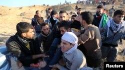 معترضان فلسطینی به انتقال یکی از زخمی های تظاهرات اعتراضی روزهای اخیر کمک می کنند.