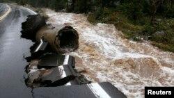 Một đoạn của Xa lộ 72 của Colorado bị nước cuốn trôi