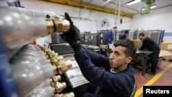Seorang pekerja Palestina di pabrik SodaStream di Tepi Barat Maale Adumim.