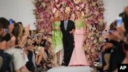 Desainer Oscar de la Renta bersama para model yang membawakan rancangannya pada Pekan Mode New York, September 2014. (AP/Diane Bondareff)