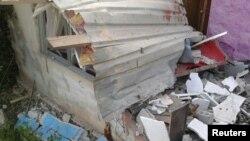 25일 시리아 남서부 스웨이다에서 자살 폭탄 테러 공격이 있고 난 뒤 건물 잔해가 흩어져 있다.