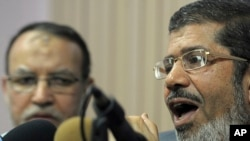 L'ex-président islamiste Mohamed Morsi lors d'une conférence de presse au Caire, 6 février 2011.