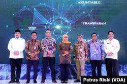 Gubernur Jawa Timur bersama Kementerian Dalam Negeri, Kementerian Keuangan, KPK, serta pihak terkait saat peluncuran SP2D di Gedung Negara Grahadi, Surabaya (foto Petrus Riski-VOA)