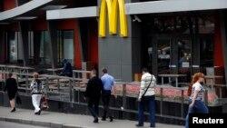 Один из закрытых Роспотребнадзором ресторанов McDonald's в Москве. Россия. 21 августа 2014 г.