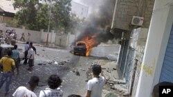 一枚汽车炸弹7月20日在也门南部港口城市亚丁爆炸,图为旁观者者看热闹。